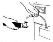 Umieść koniec rurki wodpowiednim punkcie poboru tak, aby końcówka przewodu znajdowała się wśrodkowej fazie oleju.