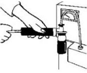 Wytwórz próżnię wpompce ciągnąc tłokiem 1 do3 razy. Butelka będzie teraz się wypełniać cieczą. Upewnij się czybutelka jest ustawiona pionowo iwyżej niż powierzchnia cieczy.